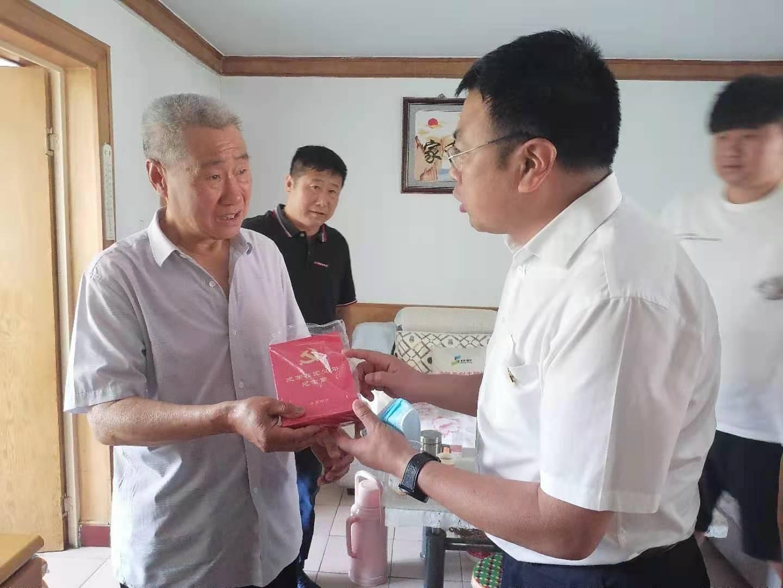 """燕東微黨委向老同志頒發""""光榮在黨50年""""獎章"""